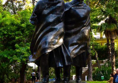 Gros plan sur les deux hommes en statue